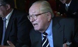 Capture d'écran d'une vidéo de Jean-Marie Le Pen s'exprimant au micro de la LCP (mardi 17 avril 2012)