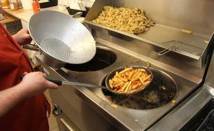 Des frites prêtes à sortir de l'huile bouillante.