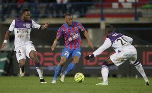 Les Violets Tongo Doumbia et Steeve Yago n'ont pas été convaincant face à l'équipe de Caen. AFP PHOTO / CHARLY TRIBALLEAU