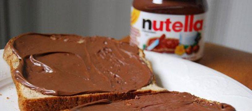 Un pot de pâte à tartiner Nutella et des tartines.