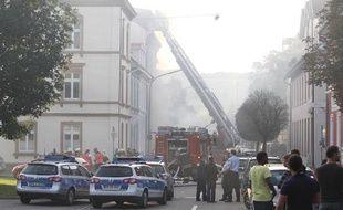 Des pompiers éteignent un incendie à l'hôpital Sainte-Elizabeth, à Lorräch (Allemagne), où une fusillade a éclaté le 19 septembre 2010.