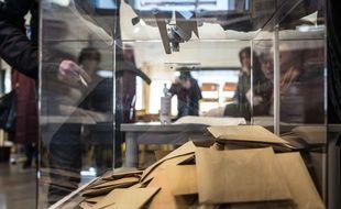 Dans un bureau de vote de Toulouse, le 15 mars 2020, lors du 1er tour des élections municipales.