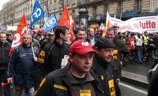 Les salariés de l'usine Continental de Clairoix (Oise) se rendent à l'Elysée, où ils doivent être reçus, le 25 mars 2009.
