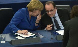 Le président français, François Hollande au Parlement européen à Strasbourg avec la chancelière allemande Angela Merkel, le 7 octobre 2015
