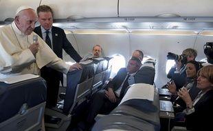Le pape François s'adresse à des journalistes dans un avion le ramenant du Portugal (le 13 mai 2017)