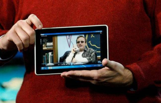Le PDG de Microsoft, Steve Ballmer, présentant un prototype de tablet-PC fabriqué par HP, le 6 janvier 2010 à Las Vegas
