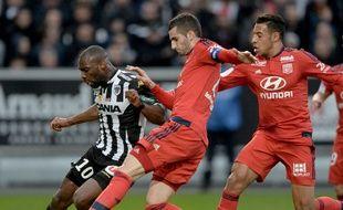 Ici aidé par Corentin Tolisso, Maxime Gonalons a retrouvé tout son abattage samedi pour venir à bout de Gilles Sunu et d'Angers (0-3).JEAN-FRANCOIS MONIER