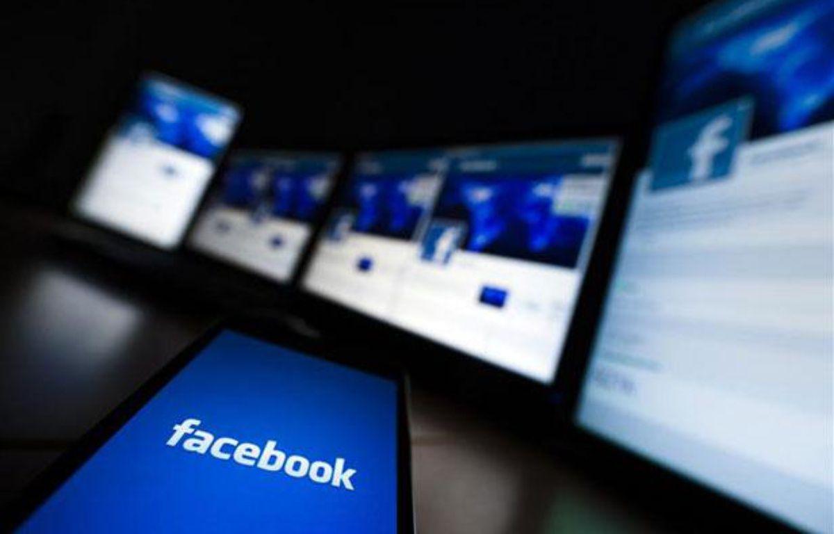Des écrans connectés à Internet, Facebook. – REUTERS/Valentin Flauraud