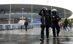 Des hommes du Raid lors de simulations d'attentats au Stade de France à Saint-Denis près de Paris, le 31 mai 2016