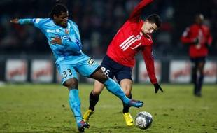 Le Lensois Serge Aurier à la lutte avec  le Lillois Eden Hazard le 30 janvier 2010.