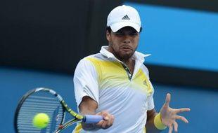 Serena Williams, Victoria Azarenka, Andy Murray et Jo-Wilfried Tsonga ont tous atteint le troisième tour de l'Open d'Australie sans perdre un set jeudi sous la canicule.