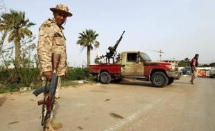 """Des soldats libyens tiennent un """"checkpoint"""" à Benghazi, le 25 mars 2015"""