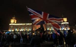 Nuit après nuit depuis un mois, les incidents se multiplient à Belfast malgré les tentatives de leaders politiques et religieux pour désamorcer la crise autour de l'usage du drapeau britannique sur la mairie, un psychodrame qui témoigne de la fragilité de la paix en Ulster.