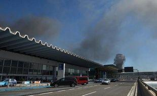 De la fumée s'échappe de l'aéroport de Rome-Fiumicino où un incendie s'est déclaré, le 7 mai 2015
