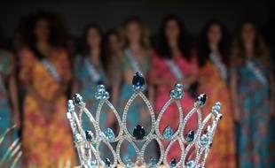 Les prétendantes à la couronne derrière la couronne de Miss France 2019.
