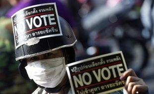 La situation était tendue samedi en Thaïlande à la veille de législatives à haut risque, alors que les manifestants antigouvernement voulant empêcher le scrutin bloquaient dans certains lieux l'acheminement du matériel électoral.