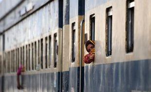La commission électorale au Bangladesh tentait de sortir le pays de l'impasse mercredi en suggérant que les élections législatives, fixées au 5 janvier, soient repoussées pour satisfaire l'opposition mais les violences persistaient, certains de ses partisans ayant fait dérailler un train mercredi.