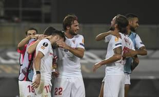Les joueurs du FC Seville après leur victoire face à Manchester United, à Cologne le 16 août 2020.