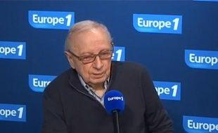 Capture d'écran de Claude Angeli, patron du Canard Enchaîné, répondant aux questions de Marc-Olivier Fogiel sur Europe 1, le 9 février 2011