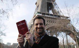 Gwendal Poullennec,  directeur du Guide Michelin, pose devant la tour Eiffel, où a été dévoilé le palmarès, le 18 janvier 2021.