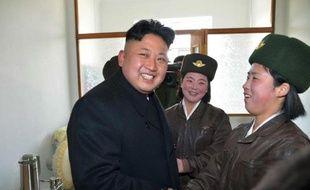 Photo non datée fournie le 7 mars 2014 par l'agence officielle nord-coréenne montrant le dirigeant Kim Jong-Un inspectant une base de l'armée de l'air