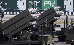 Un système de lance-roquettes multiple installé sur un véhicule lors d'un défilé militaire à Islamabad, au Pakistan, le 23 mars 2016.