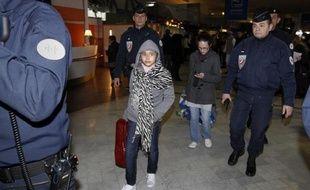 La fillette française qui avait été enlevée il y a sept ans par son père pakistanais est rentrée samedi en France avec sa mère, à qui elle avait été remise la veille au Pakistan sur décision de justice, a constaté une journaliste de l'AFP à leur arrivée à l'aéroport parisien de Roissy.