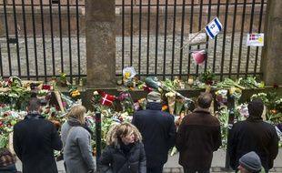 Hommage devant la synagogue visée par des attentats terroristes en février à Copenhague.