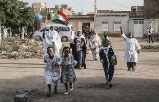 Des enfants soudanais et des adultes célèbrent dans les rues de Khartoum après que les généraux au pouvoir et les opposants ont annoncé qu'ils étaient parvenus à un accord sur la question du pouvoir au Soudan, le 5 juillet 2019 (Illustration).