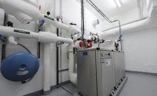 La pompe à chaleur qui va condenser les calories apportées par les eaux usées pour chauffer le groupe scolaire Wattignies, dans le 12e arrondissement de Paris.