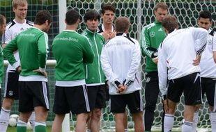 """L'Allemagne et les Pays-Bas, deux des favoris de l'Euro-2012 versés dans le """"groupe de la mort"""", vont se tester samedi face aux deux outsiders, respectivement le Portugal et le Danemark, qui rêvent de frapper un grand coup pour la première journée du groupe B"""