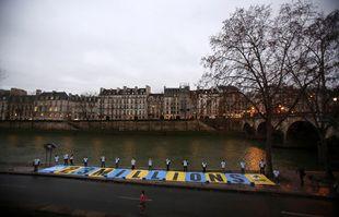Une affiche géante posée sur la voie Georges Pompidou, à Paris, par des militants soutenant l'Affaire du Siècle, le 14 janvier 2021.