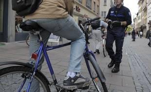 Les cyclistes doivent mettrent pieds à terre sur la voie piétonne rue d'Austerlitz. Journée de prévention. Le 08 10 2008