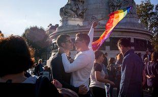 Des centaines de personnes ont participé à contre-manifestation pendant que La Manif pour tous, opposée au mariage homosexuel, défilait dans Paris le 16 octobre 2016.