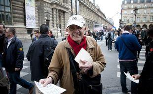 Le 01 mai 2012. A cinq jour du second tour de l'election presidentielle, Marine Le Pen et plusieurs milliers de militants du Front National, celebrent un 1er mai tres politique.  Parti de la place du Palais Royal, le cortege s'est arrete pour un hommage a Jeanne d'Arc, puis a pris la direction de la place de l'Opera pour assiste au meeting de Marine Le Pen. ici Xavier DOR, du mouvement anti-avortement SOS TOUT-PETITS. // PHOTOS : V. WARTNER / 20 MINUTES.FR