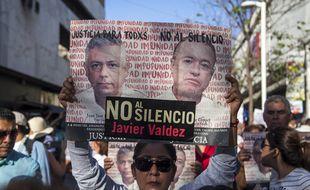 Une femme porte le portrait du journaliste Javier Valdez, assassiné au Mexique.