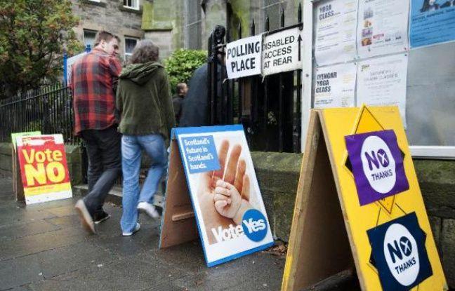 Des Ecossais se rendent dans un bureau de vote pour participer au référendum sur l'indépendance de l'Ecosse, le 18 septembre 2014 à Edimbourg
