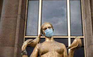 Une statue masquée, au Trocadéro, à Paris. (archives