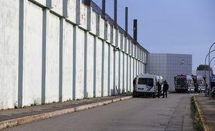 Des gendarmes devant la prison de Borgo en Corse