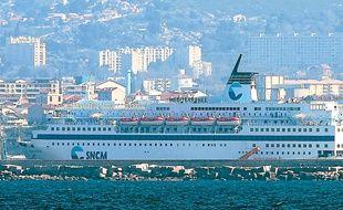 Un ferry de la Société nationale maritime Corse Méditerranée dans le port.