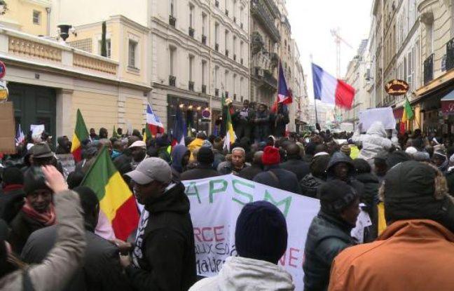 Quelque 200 Maliens résidant en France ont manifesté samedi devant l'ambassade du Mali à Paris pour afficher leur reconnaissance après l'intervention de l'armée française dans leur pays, a constaté un journaliste de l'AFP.