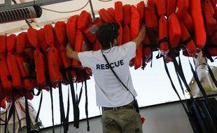 L'ONG «SOS Méditerranée» prépare les gilets de sauvetage pour les migrants à secourir en Méditerranée.
