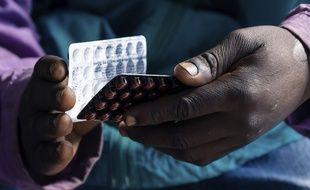 Illustration: Un malade du Sida tient des plaquettes de médicaments, à Harare, au Zimbabwe, le 24 juin 2019.