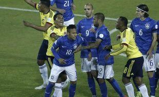 Neymar au coeur d'une altercation avec les joueurs colombiens lors de la Copa America, le 17 juin 2015.