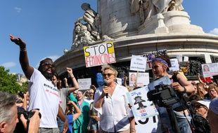 Plusieurs centaines de personnes, dont la comédienne Muriel Robin, se sont rassemblées, place de la République, à Paris, pour dénoncer les meurtres de femmes.