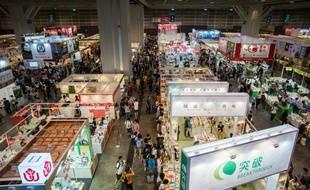 Des visiteurs dans les allées de la grande foire annuelle du livre à Hong Kong, le 20 juillet 2016