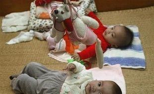 Le nombre d'adoptions d'enfants étrangers par des Français a baissé de 20,5% en 2007, à 3.162 contre 3.977 en 2006, selon le Ministère des affaires étrangères, illustrant les difficultés croissantes de l'adoption internationale, alors que la demande continue d'augmenter.