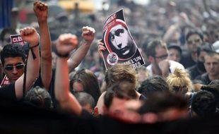 Un skinhead de 20 ans soupçonné de la mort du jeune militant d'extrême gauche Clément Méric a été mis en examen et placé en détention provisoire samedi, mais le juge d'instruction a estimé qu'il n'avait pas eu l'intention de tuer mercredi lors de la rixe mortelle.