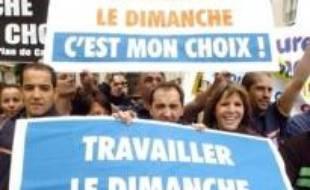 Quelque 2.000 salariés (selon la police et les organisateurs) de plusieurs enseignes de distribution ont manifesté jeudi à Paris, aux abords de l'Assemblée nationale, pour défendre le travail dominical, a constaté une journaliste de l'AFP.