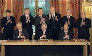 Habile tacticien, Slobodan Milosevic s'impose comme l'interlocuteur incontournable pour assurer en 1995 la conclusion des accords de Dayton (Etats-Unis) qui mettent fin au conflit.